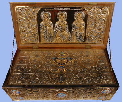 Racla-cu-Sfintele-Moaste-aduse-din-Grecia-in-2007